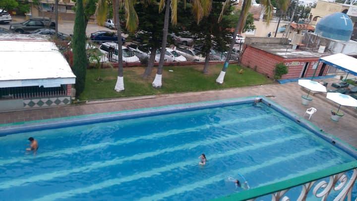 4 personas. Condominio con piscina en el interior.