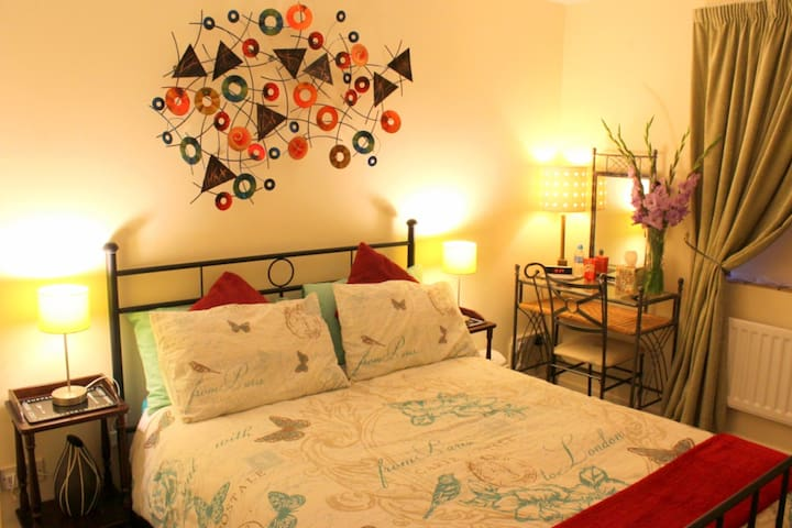 SUPERBLY WELL LOCATED DOUBLE BEDROOM in safe area - Cambridge - Apartamento