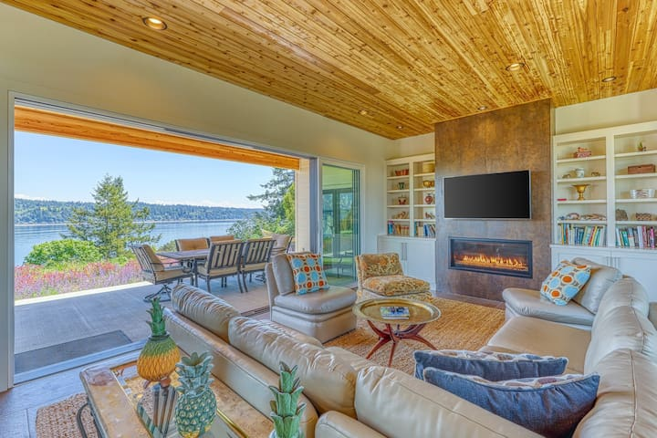 Dog friendly, waterfront home near ferry access!
