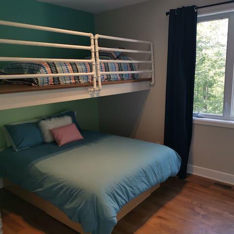 Chambre à l'étage (lit queen + simple)