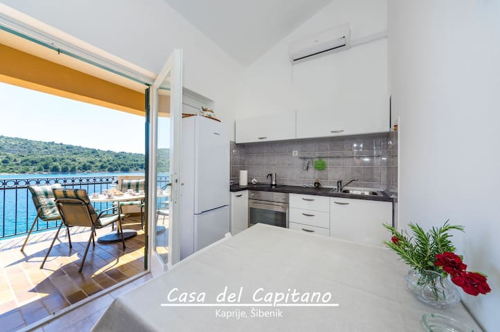 Apartment with Balcony and Sea View - Kaprije - Apartamento