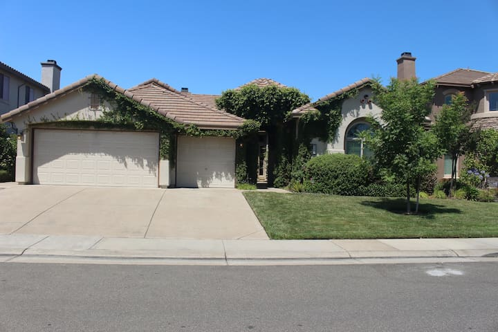 Gorgeous single story home 2850 sq ft,4brs, 3bths