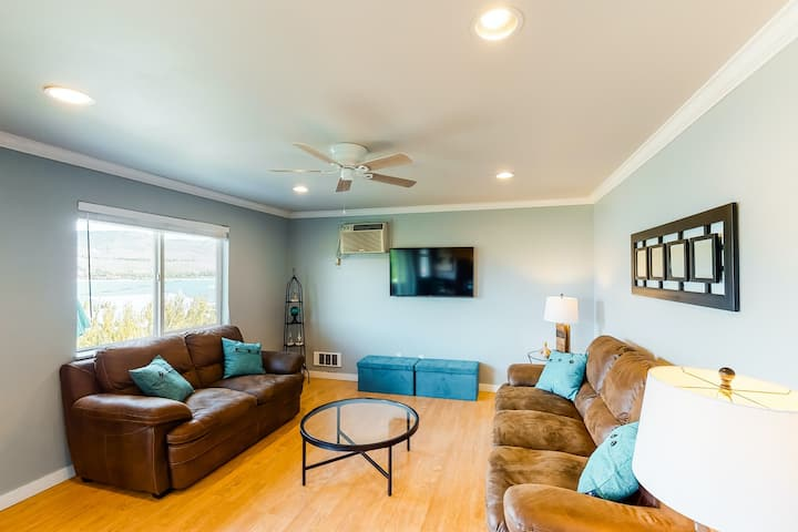 Lakeview condo with cozy atmosphere, easy access to town
