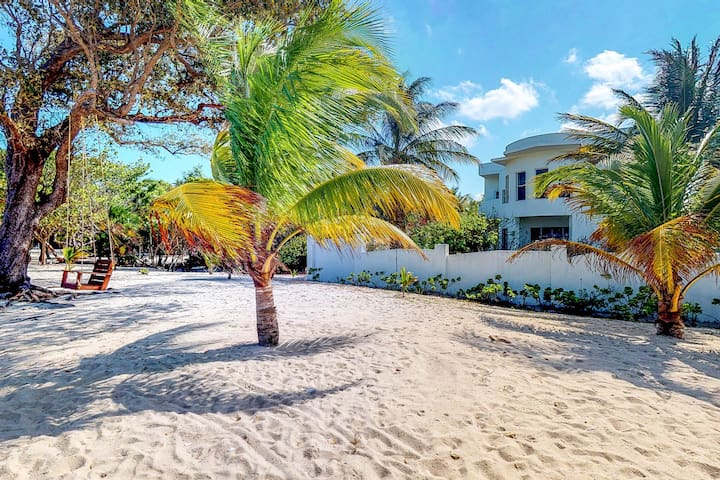 Gorgeous house w/covered patio, full kitchen, easy beach access
