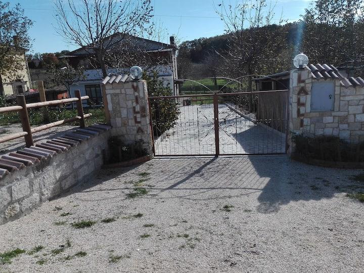 Villa Lalli,  casa di campagna immersa nel verde.