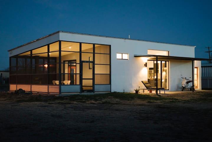 Modern + Minimal Marfa Home - Marfa - Talo