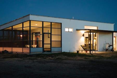Modern + Minimal Marfa Home - Marfa - Casa