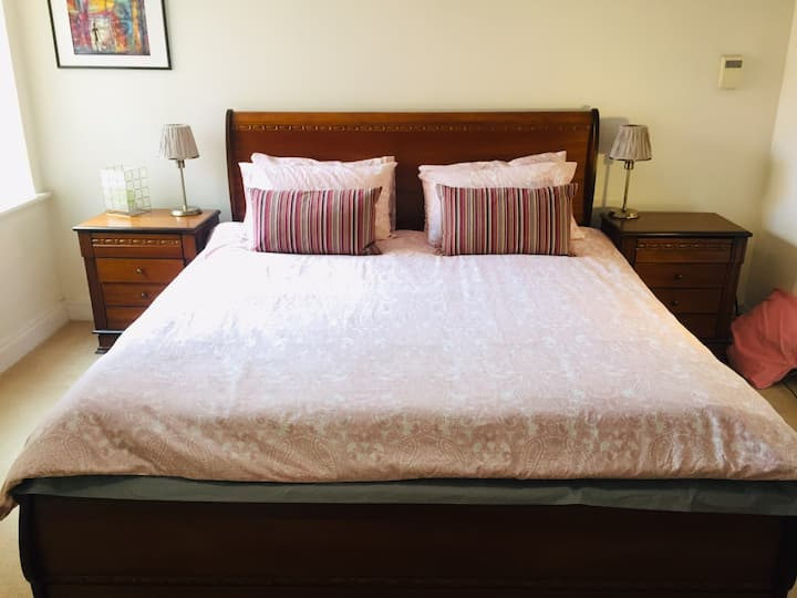Ensuite bedroom close to the city