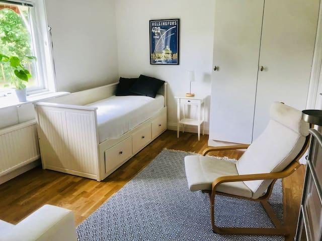 Ett av de större sovrummen med en utdragbar dagbädd som kan göras om till en 160 cm dubbelsäng / One of the larger bedrooms with a foldable daybed that can be converted into a double bed