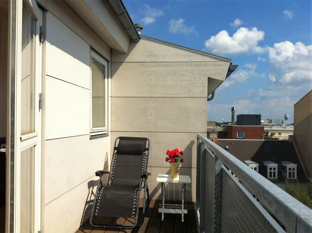 Bright room with double bed, desk and balcony - Kopenhagen - Appartement