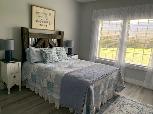 Queen bed/Mountain View