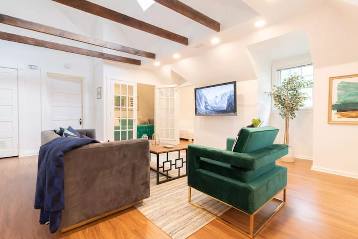 New Top Floor Apt in Victorian - 5 min to Downtown