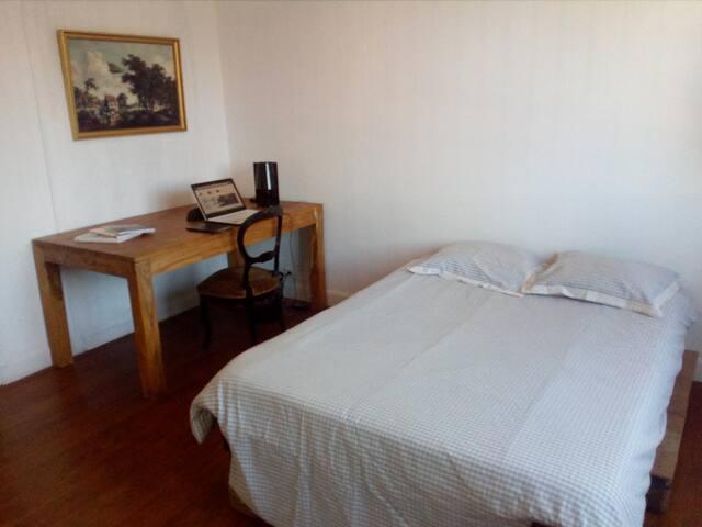 Chambre simple avec bureau en plein centre ville