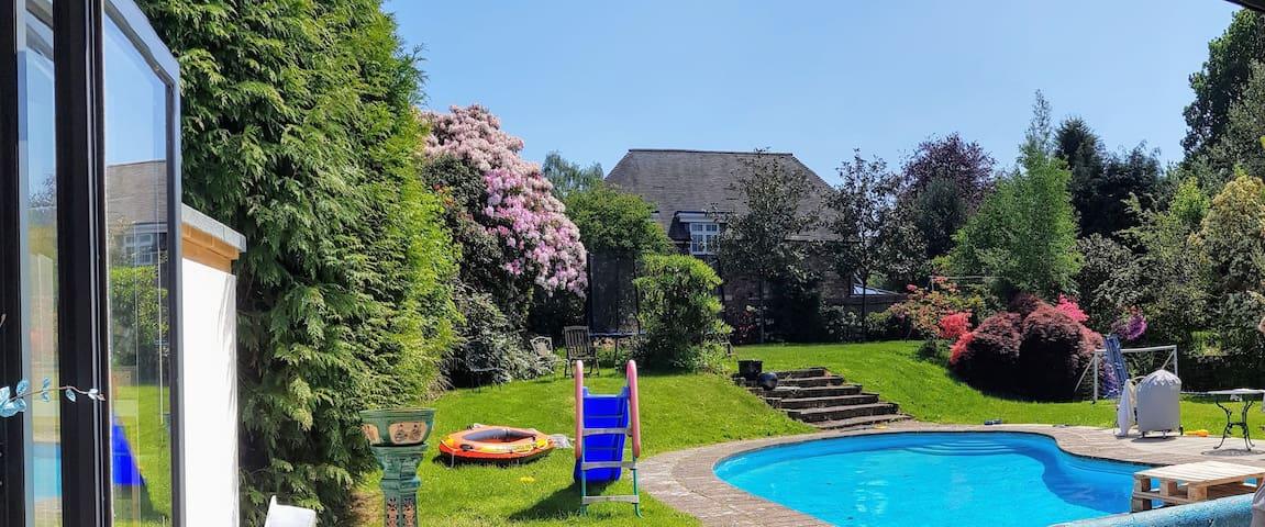 Lovely,family home + POOL in TUNBRIDGE WELLS
