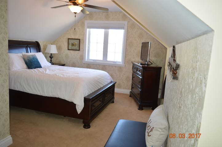 Wenzler's Landing Bed & Breakfast- The Nest room