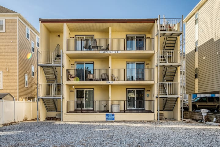 NEW LISTING! Family-friendly condo w/ a private balcony - a block from the beach