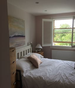 Sunny room in SW London pretty home - Thames Ditton