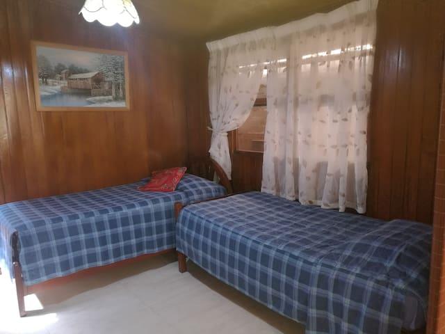 Dormitorio (dos camas) y escritorio