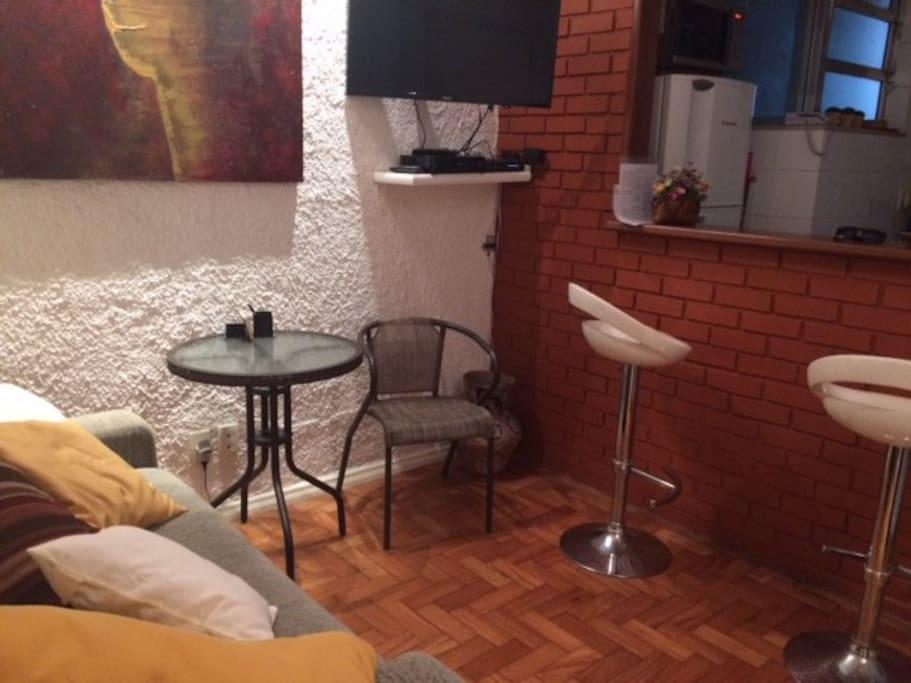 Nova foto da sala com mesinha e cadeira extra Photo 01 New photo of the living room with an extra little table and chair