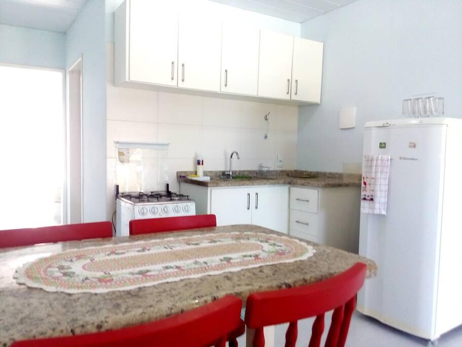Cozinha com todos utensílios. Mesa em granito.