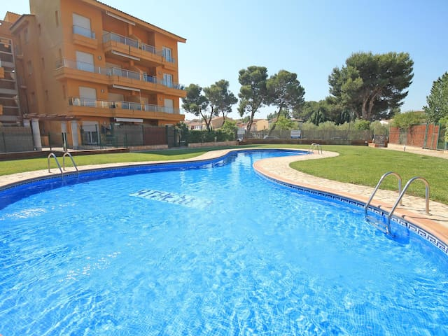 Maria: Apartment with communal pool and garden.