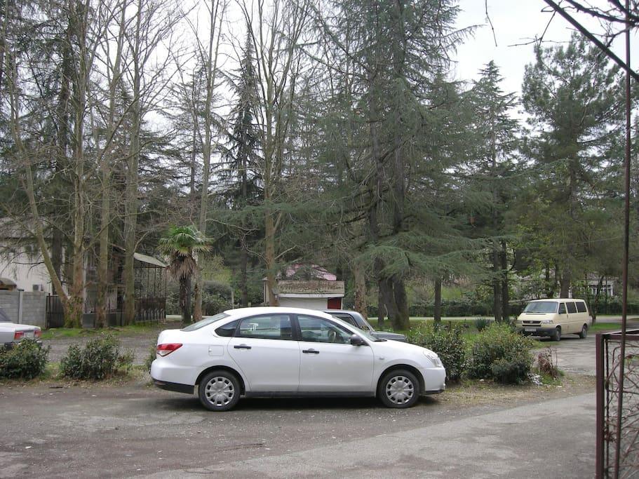 двор перед домом, где можно оставить машину
