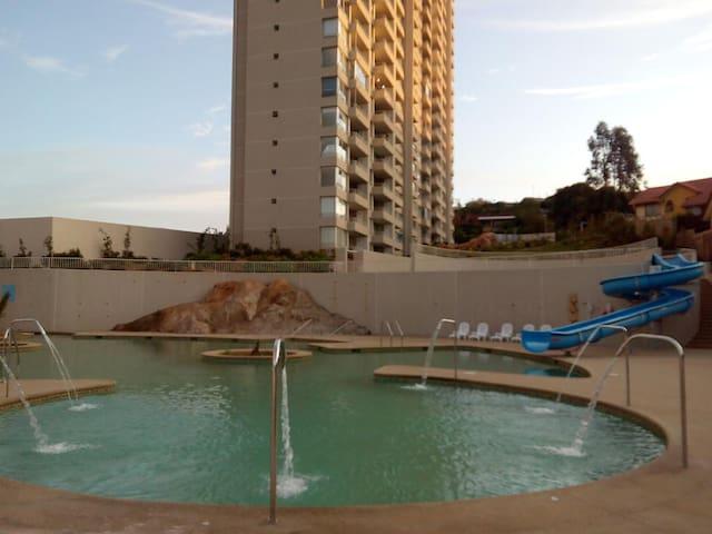 Vista piscina y edificio