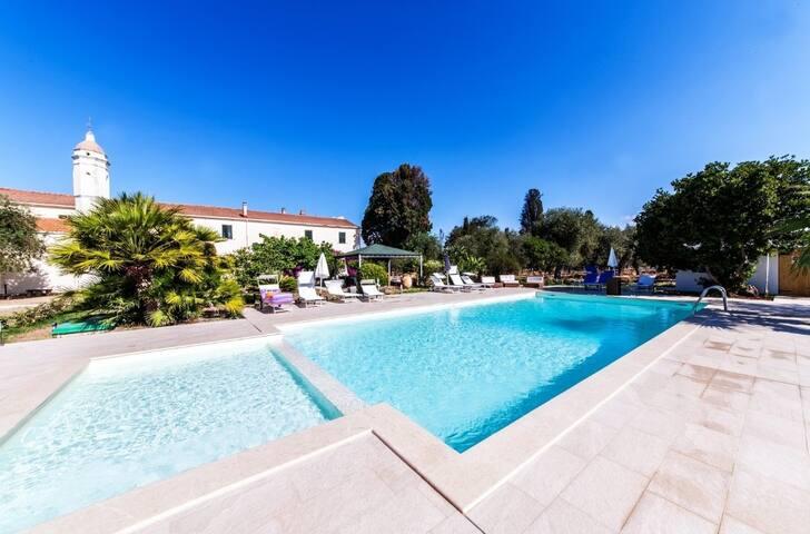 Camera Il Geranio  in villa con piscina