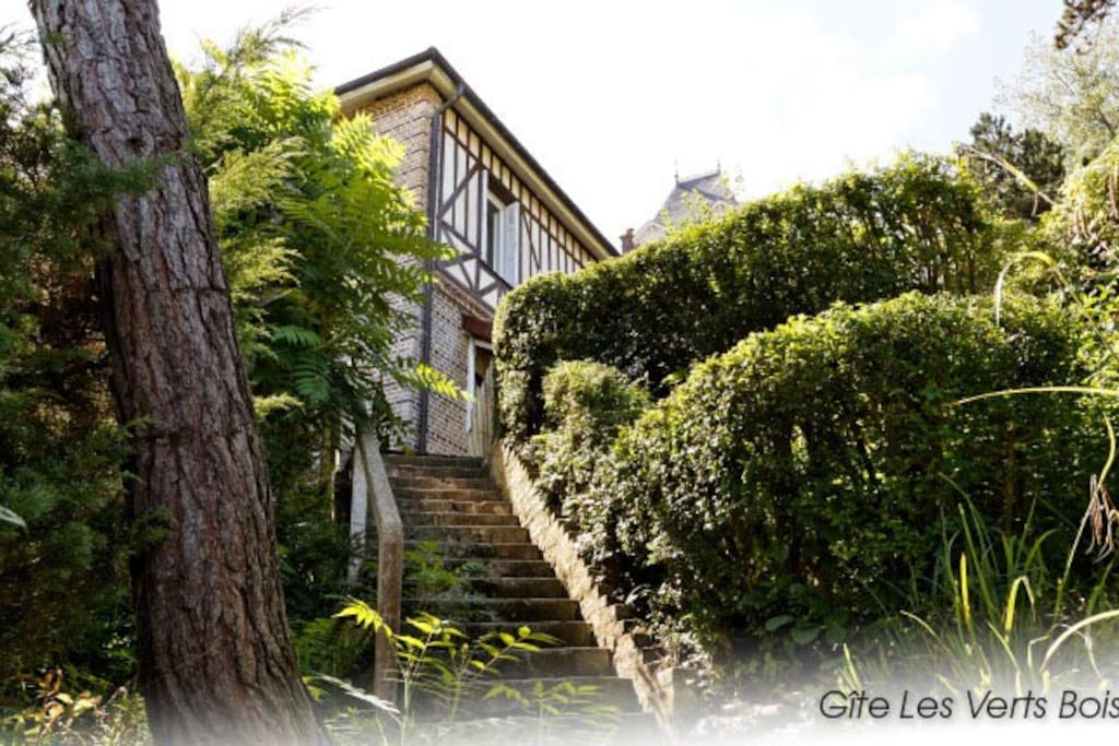 Un jardin en terrasses permet d'accéder à la Villa Vert Bois.