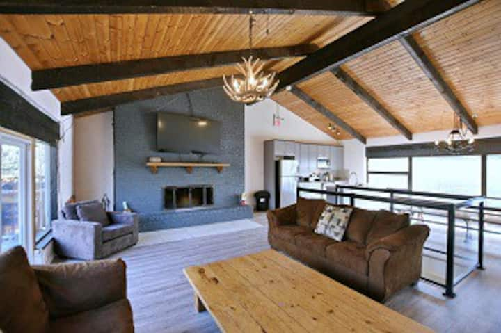 Large Blue Mountain chalet