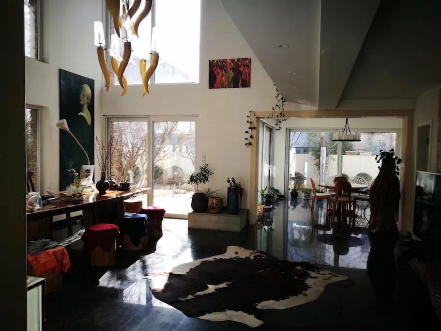 冬日,客厅整日沐浴在温暖的阳光下