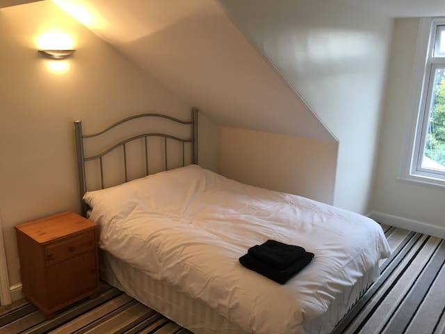 Quiet room in town centre, with free parking - Doncaster - Hus