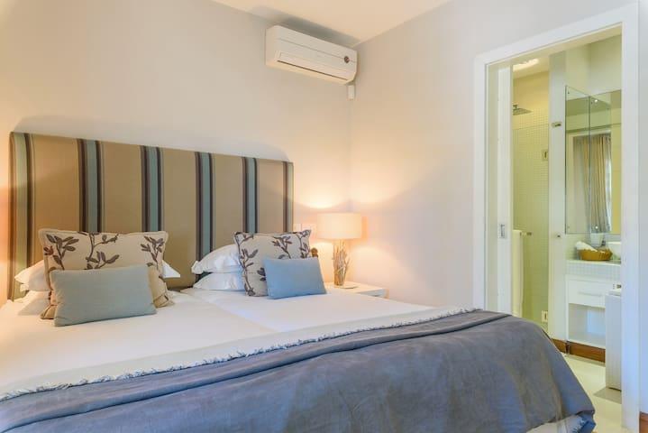 Third bedroom with en-suite bathroom and twin beds