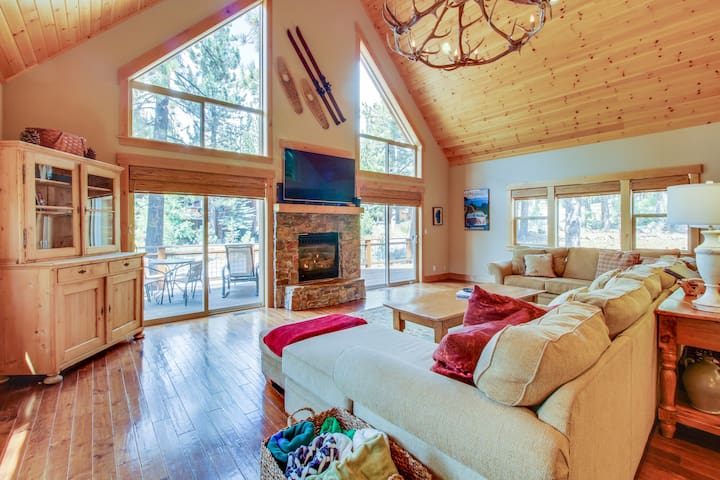 Spacious cabin near year-round outdoor activities - shared pool & hot tub access
