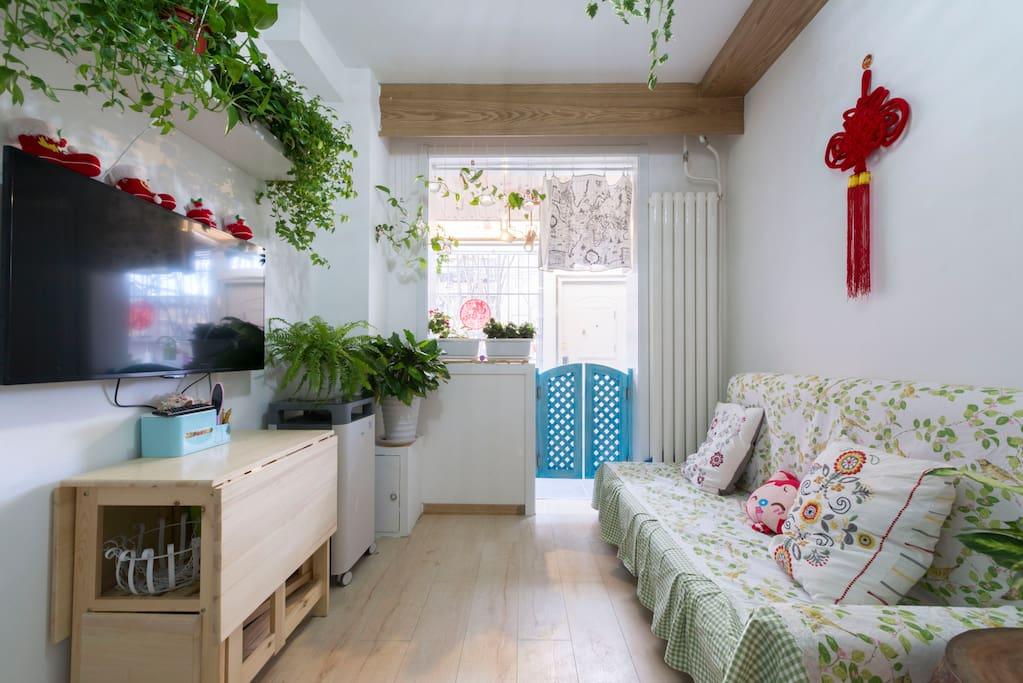 小客厅,大愉悦!通透视效,阳光斑斓,绿植,栅栏门,复古世界地图,吊瓶风铃~生命要浪费在美好的事物上,嗯,就是酱紫。