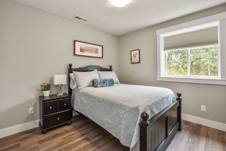 Or try the cozy Rose Room with full-size bed and large closet.