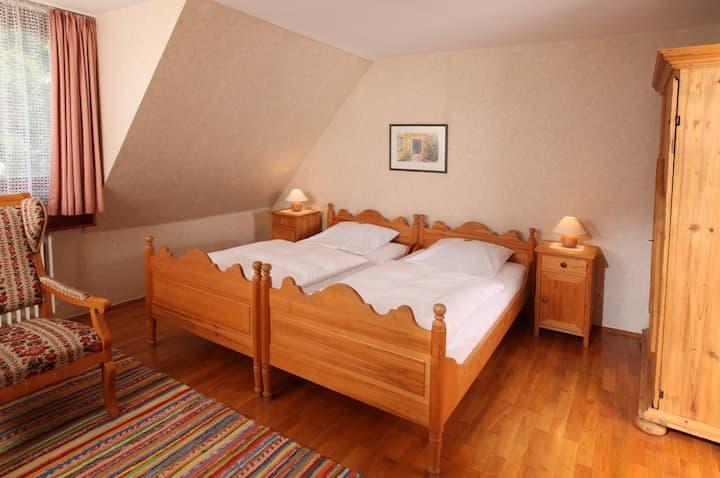 Landgasthof Haueis (Marktleugast), Standardzimmer mit Doppelbett für bis zu 2 Personen