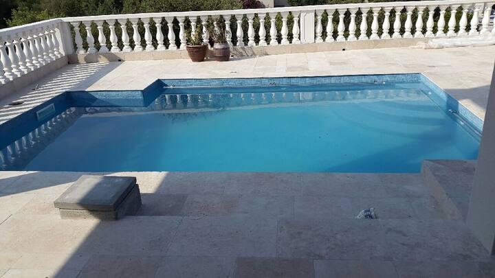 Appartement dans une villa avec piscine