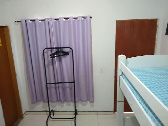 Quarto B, com banheiro completo, beliche, cama de casal, ar condicionado e arara com cabides