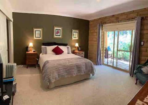 Bernoota stay in a comfortable room with ensuite