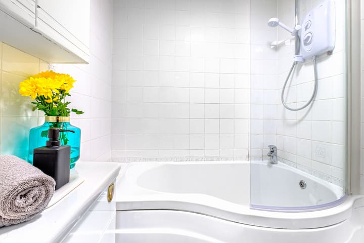 3Bedroom Bath House - Central Bath