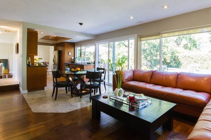 Sleek Oasis in the Heart of OC - Irvine - Huis