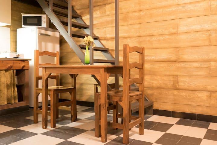 Parte Baja del loft, cuenta con una mesa donde se pueden sentar 3 personas.