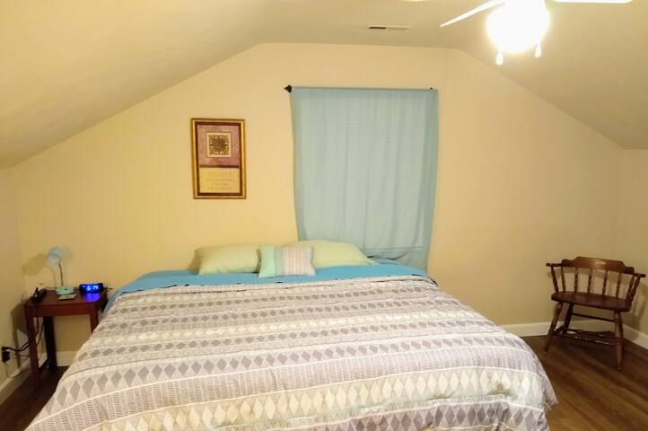 Kingbed private room only 1/2hr from VA Beach!