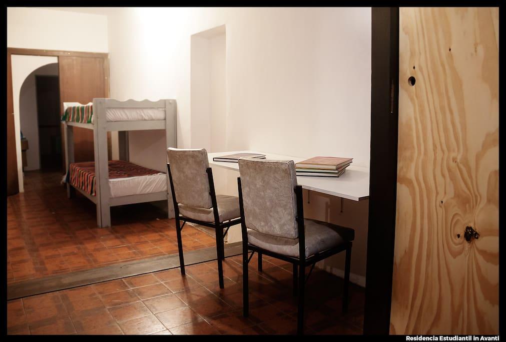Habitación 4: Habitación séxtuple con baño compartido y con vista a Av. Francia. Con calefacción. Cuenta también con escritorios y placard personales.