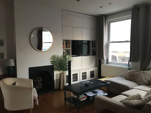 Lovely double room in Battersea