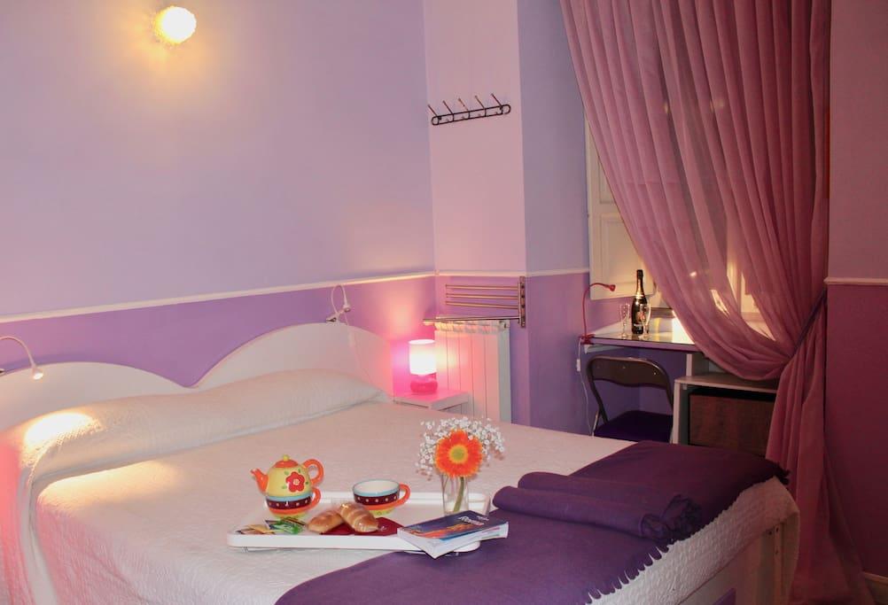 violet room in trastevere area rome chambres d 39 h tes louer rome latium italie. Black Bedroom Furniture Sets. Home Design Ideas