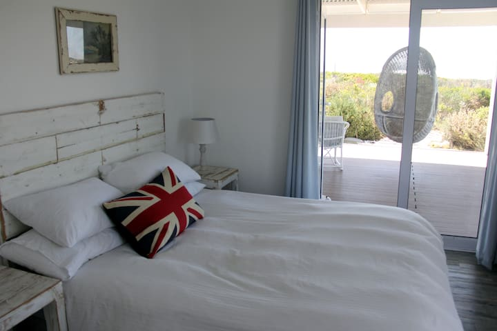 4 spacious rooms with queen size beds all with en-suite bathroom