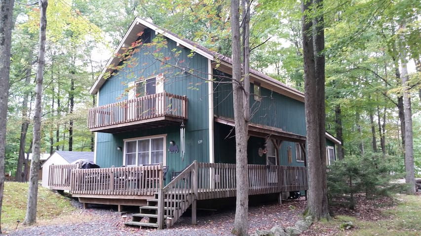 Spacious Poconos Chalet in private lake community - Tobyhanna Township - Cabane