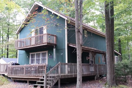 Spacious Poconos Chalet in private lake community - Tobyhanna Township